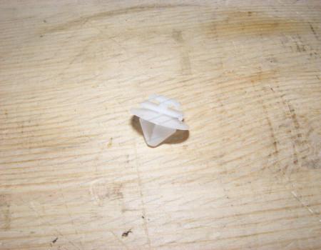 Клипса крепления накладки лобового стекла (жабо) на Пежо Боксер - 8251EN